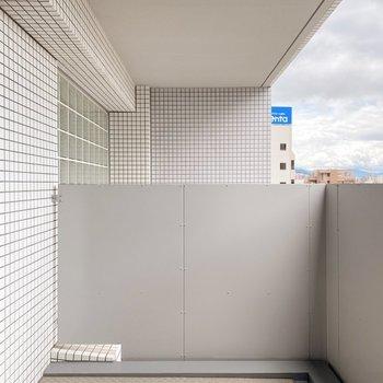 【2階】2階にもバルコニー付き。1階よりはコンパクトですがお洗濯物も干せる広さです。