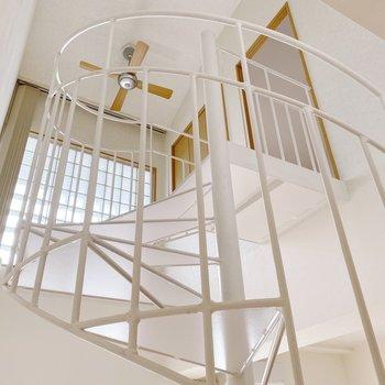 【1階】階段上部は吹き抜けに。開放感が心地よいのです◯さて、上に行って見ましょ!