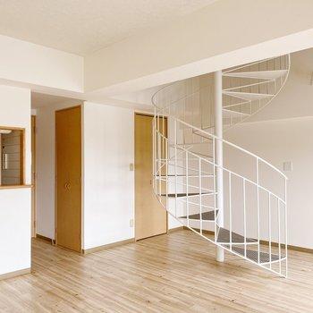 【1階】螺旋階段奥には収納が2つ。