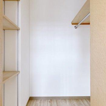 【1階】螺旋階段側はウォークインクローゼット!ポールやオープンラック付き。