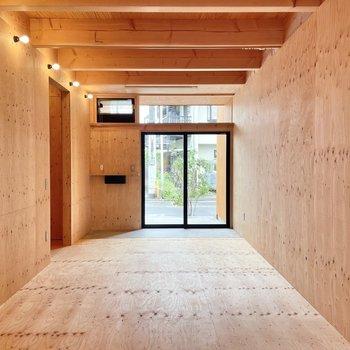 〈1階:リビング〉お部屋に入った瞬間に木の香りがふわっとします。(※写真は同間取り別部屋のものです)