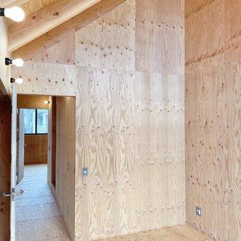 〈2階:バルコニー側の洋室〉そうそう!天井は高め。おかげで広く感じます。では隣の洋室へ。(※写真は同間取り別部屋のものです)
