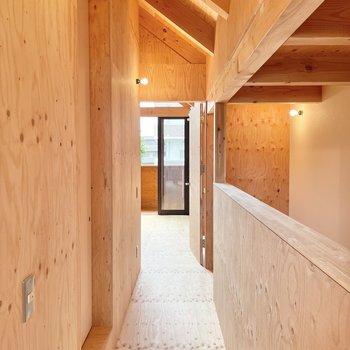 〈2階:廊下〉中央の小上がり部分にサニタリーがあります。(※写真は同間取り別部屋のものです)