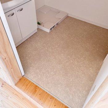 〈2階:サニタリー〉2人いても狭く感じないスペースかな?(※写真は同間取り別部屋のものです)