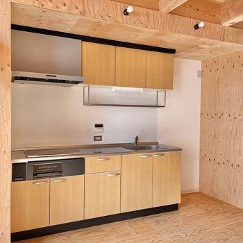〈1階:リビング〉キッチンは大きめ。隣に家電製品を置けます。(※写真は同間取り別部屋のものです)