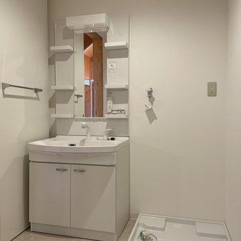 〈2階:サニタリー〉洗面台はラック付きのタイプ。出し入れしやすい◯(※写真は同間取り別部屋のものです)