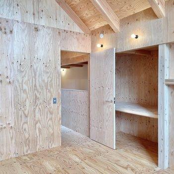 〈2階:小窓側の洋室〉サイズも6帖と同じ。それにしても木の香りが気持ちいいな〜(※写真は同間取り別部屋のものです)