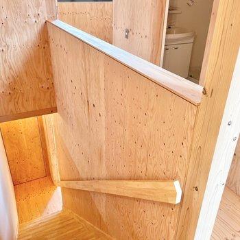 では1階へ降りましょう〜 手すりまで無垢の木・・!(※写真は同間取り別部屋のものです)