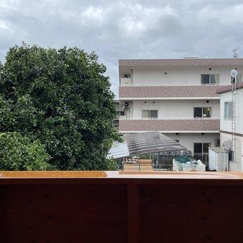 〈2階:バルコニー側の洋室〉眺望は施設。視線は気になりませんね。(※写真は同間取り別部屋のものです)