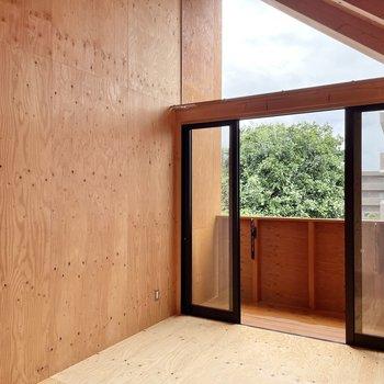 〈2階:バルコニー側の洋室〉三角窓がお部屋のアクセントに◯(※写真は同間取り別部屋のものです)