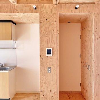 〈1階:リビング〉キッチン隣にトイレ。扉もやっぱり木。(※写真は同間取り別部屋のものです)