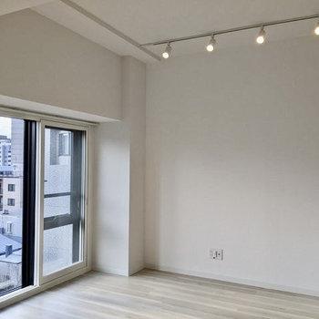 【LDK】天井が高く、開放感のあるお部屋です。