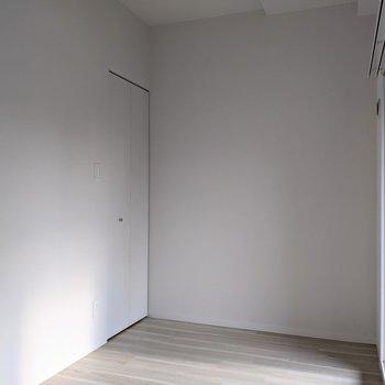 【洋室】洋室の奥にクローゼットがあります。