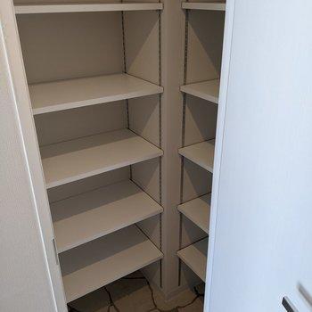 シューズボックス棚は2箇所にあります。種類ごとに分けておくと使うときに楽ですね。
