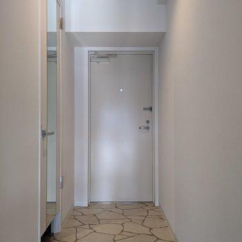 玄関は脱ぎ履きがしやすそうな広さ。