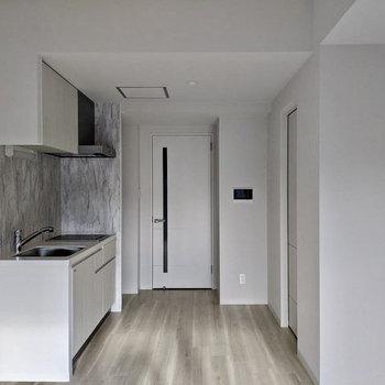 【LDK】約10.81帖の広さなので、ソファなど大きな家具も置けます。