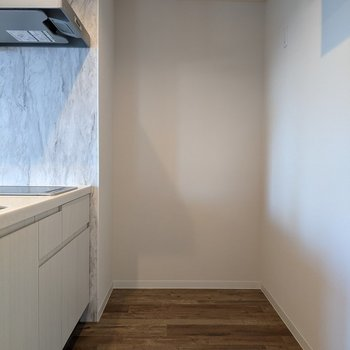 【LDK】キッチン裏は広めなので移動がしやすいですよ。