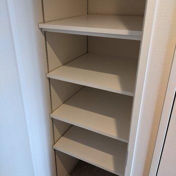シューズボックスは高さ調節が可能なので背の高い靴も収納できます。
