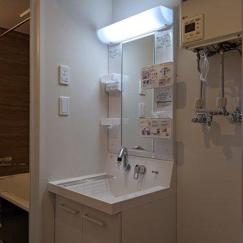 身支度のしやすい独立式洗面台です。
