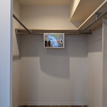 【洋室】ウォークインクローゼットは大容量◎衣類の他に掃除機なども収納できますね。