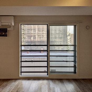 【LDK】大きな窓は東向き。開閉可能なので窓を開けると風通し◎