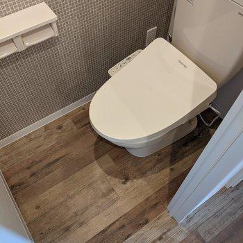 クロスがかわいい温水洗浄機能付きトイレ。
