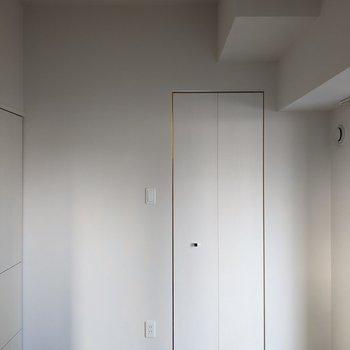 【洋室】クローゼットはこちらのお部屋に。
