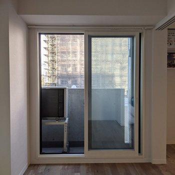 【洋室】こちらの窓は東向き。バルコニーに出ることができます。