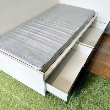 ベッド下にも収納可能。