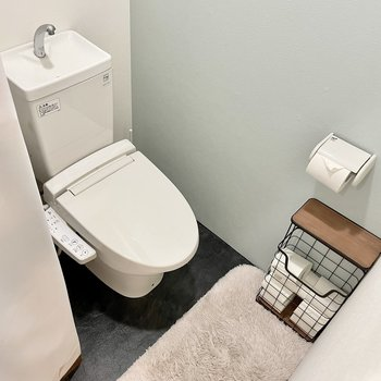 脱衣所のさらに奥にはトイレがあります。くすみブルーのクロスがかわいらしい。