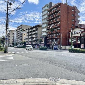 【周辺環境】すぐ目の前の大通りはマンションやお店が並んでいます。飲食店が多め。