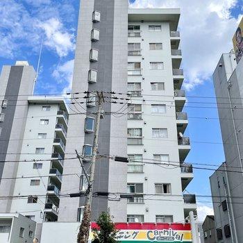 大通り沿いにあるマンションです。