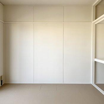 北側の洋室はグレーとホワイトで無機質なデザイン。(※写真は4階の同間取り別部屋のものです)