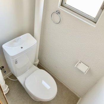 トイレに窓◎ (※写真は4階の同間取り別部屋のものです)