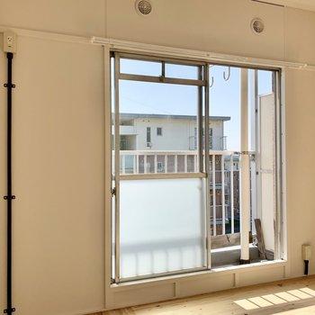上部の小窓からホースを通せばエアコンを設置できそうです。(※写真は4階の同間取り別部屋のものです)