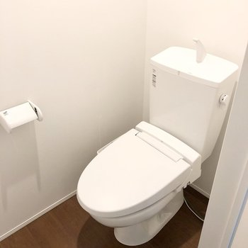 右の扉がトイレでした(※写真は同間取り別部屋、清掃前のものです)