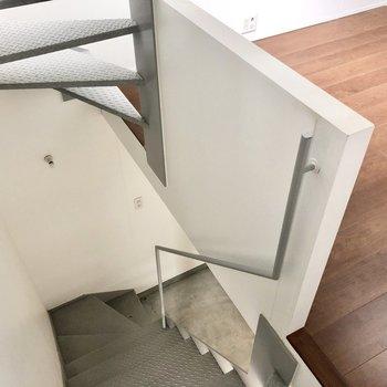 さて、1階におります。このむき出し階段がたまりません(※写真は同間取り別部屋、清掃前のものです)