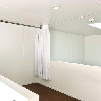 ロフトはカーテンで目隠しできます。高さはないので中腰移動!(※写真は同間取り別部屋、清掃前のものです)
