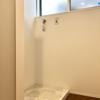 奥に洗濯機置き場です(※写真は同間取り別部屋、清掃前のものです)