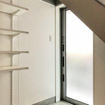 半透明の玄関扉(※写真は同間取り別部屋、清掃前のものです)
