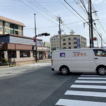 バス停のある大通り沿いには飲食店やコンビニ、ドラッグストアなど便利なお店がたくさん◎