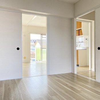 リビングと廊下に繋がっています。子ども部屋にしても目が届くから安心◎リビングのキッチンへ。