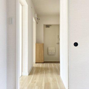 廊下へ。玄関横に洋室がもう一部屋。