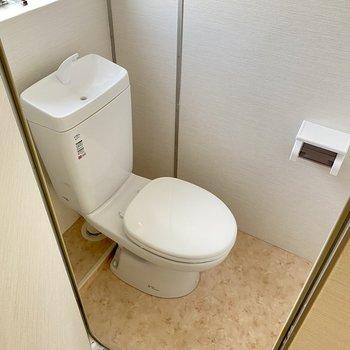 そのお隣にトイレ。換気窓も助かります◎