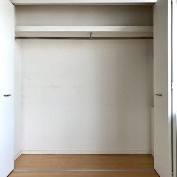 窓のお隣には大きなクローゼット。こんなに大容量なんです!(※写真は8階の同間取り別部屋のものです)
