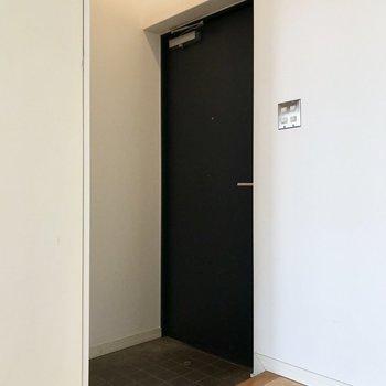 玄関も見えにくくなっているのが嬉しい。(※写真は8階の同間取り別部屋のものです)