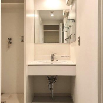 続いてサニタリー。仲良く並ぶ洗面台と洗濯機。洗面台が素敵……!(※写真は8階の同間取り別部屋のものです)
