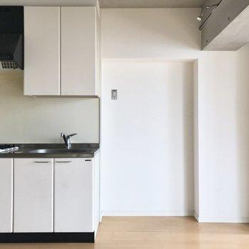 キッチンも、もはやインテリア。冷蔵庫は白がいいな。(※写真は8階の同間取り別部屋のものです)