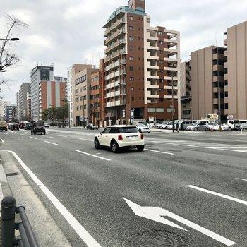大通りに出ればバスもたくさんなんです。