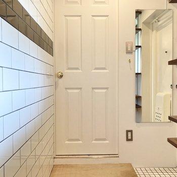玄関方面へ進み、かわいいドアからサニタリールームへ。